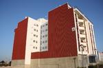 Impermeabilización de fachada mediante colocación de tabique pluvial color terracota con remate en color blanco.