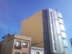 Impermeabilización de fachada de edificio seguridad social en Vila-Real. Tabique pluvial con placa color marfil.